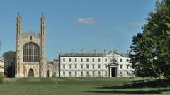 Cambridge punting: boat passing King's College and Chapel Stock Footage