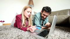 Mies ja nainen ostajat makaa matto olohuoneessa samalla tekevät verkossa ostaminen Arkistovideo