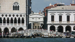 0335 Venice, Bridge of Sighs, crowd of tourists Stock Footage