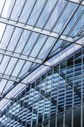 Yksityiskohta lasikatto peilaus moderni pilvenpiirtäjä Kuvituskuvat