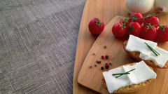 Crispbread with fresh cheese, tomato, white onions and pepper Stock Footage