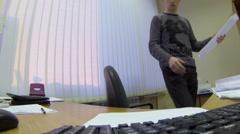 Engineer piirustuksia työssään paikassa takana näyttöruudun Arkistovideo