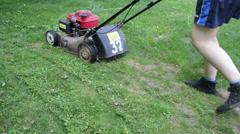 Kävely nainen leikkaus nurmikon ruoho leikkuri leikkurin niitty Arkistovideo