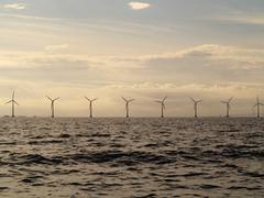 Tuuliturbiinien generaattori maatilalla merellä Kuvituskuvat