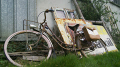 Rusty old bike next to advertising sign - barn sale Stock Footage