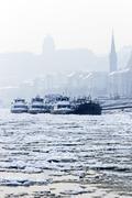 Suuret veneet jumissa jään talvella Kuvituskuvat