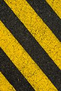 Keltainen raidallinen tiemerkinnät musta asfaltti. Kuvituskuvat