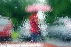 Vettä ikkunan sateen takana Kuvituskuvat