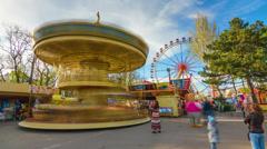 4K. Timelapse vanhempien ja lasten on karuselli Merry-go-round kanssa maailmanpyörä Arkistovideo