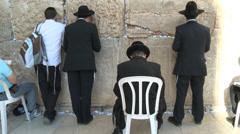 People pray in jerusalem Stock Footage