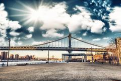Amazing sky colors above Manhattan Bridge - New York City Stock Photos