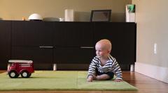 Valkoihoinen poikavauva laskussa olohuoneessa Arkistovideo