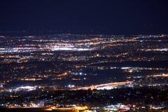 Denver metro pitkän altistuksen yöllä panoraama. Colorado, Yhdysvallat. Kuvituskuvat