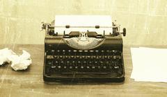 Vanha kirjoituskone paperilla Kuvituskuvat