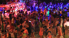 Girls and boys at Full Moon party on Koh Phangan, Thaiand. Dancing on the beach. Stock Footage