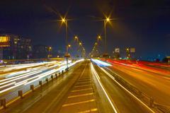 Kiireinen valojälki liikennettä moottoritiellä Istanbulissa. moottoritien kaupunkia ni Kuvituskuvat