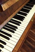 Piano lähikuva pystysuora valokuvan. soittimien kuvapankissa. Kuvituskuvat
