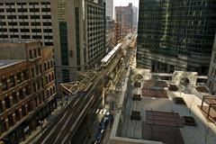 Chicago commute - downtown chicago trains and streets between highrises. chic Stock Photos