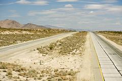 Pretty empty mojave desert highway in southern california, usa. Kuvituskuvat