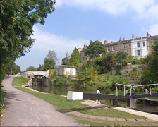 Kennet and Avon canal in Bath, towpath + pan lock gate Stock Footage