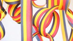 Luftschlangen in schwarz, rot und gelb - stock footage