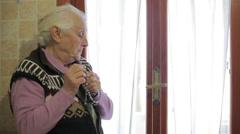 Hyvin vanha nainen on saalisti lähellä ikkunan: jumala, kristillinen, cross, rukous, Preyer, Arkistovideo