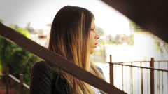 Nuori tyttö si huolissaan ja mietteliäs: surullinen, ajattele, ajattelu, ongelmia, ulkona, yksin Arkistovideo