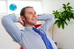 Nuori yrittäjä rentouttava ja päivä unet Kuvituskuvat