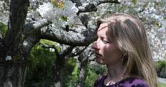 Ultra HD 4K Blonde nainen naispuolinen haju kukka kirsikkapuu kukkii kukinta kevät Arkistovideo