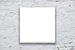 Neliö juliste roikkuu taidegalleria seinään Kuvituskuvat