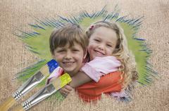 Komposiitti kuva sisarus hymyilee puistossa Piirros