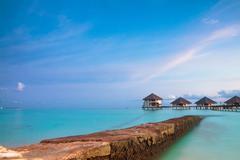 Trooppinen merimaisema. over-vesi bungalow, Malediivit saaret Kuvituskuvat