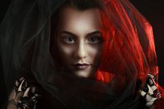 Salaperäinen nainen muotokuva. kaunis malli nainen kasvot lähikuva Kuvituskuvat