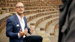Liiketoiminnan puhua. luottavainen liikemies. keskustella. ammatillinen myynti henkilö. mies Arkistovideo