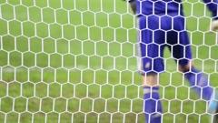 Valkoinen football verkkoon, takana maalivahti lämpenee ottelu Arkistovideo