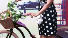 Retro hame nainen seisoo vieressä kauniin naisen polkupyörän Arkistovideo