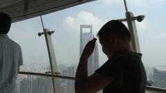 Anonymous. Glass lattia & Scary halveksua ylhäältä of Oriental Pearl TV Tower Arkistovideo
