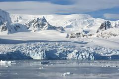 the glaciers on the coast of the western antarctic peninsula a summer afterno - stock photo
