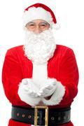 Bespectacled Isä Santa poseeraa auki kämmenet Kuvituskuvat