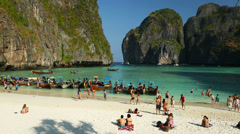 Tourists at Maya bay Phi Phi Leh island Stock Footage
