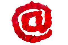 Sähköposti symboli valmistettu punainen terälehdet ruusu valkoinen Kuvituskuvat