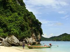 Longtail boat at wua talab beach, ang thong national marine park, thailand Stock Photos