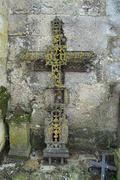 Vanha hauta ristit nojaa seinää vasten kirkon Kuvituskuvat