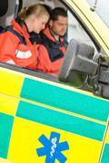 Ambulanssikuljetuspalveluhankintaa auto ensihoitajat istuu työtä Kuvituskuvat