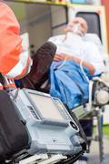 Hätätilanteessa defibrillaattori potilaan sairaankuljetus Kuvituskuvat