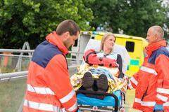 Loukkaantuneet nainen juttelee ensihoitajat hätätilanteessa Kuvituskuvat