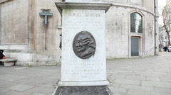 Lower Samuel Johnson statue by St Clement Danes church Stock Footage