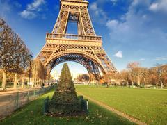 Eiffel-torni talvella, näkymä Champs de Mars Kuvituskuvat