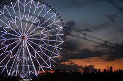 Maailmanpyörä kasirinkai puistossa Tokyo kaupunki taustalla Kuvituskuvat