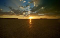 Mojaven autiomaassa auringonlaskun - el kangastus kuiva järvi, Kaliforniassa. auringonlaskuja valokuvaus co Kuvituskuvat